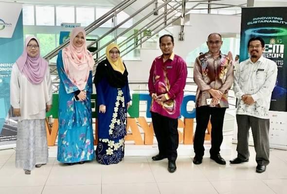 Suzie (dua dari kiri) bersama Jawatankuasa Pengurusan Tenaga PMM baru baru ini di GreenTech Malaysia - Foto AWANI Rangers Politeknik Merlimau